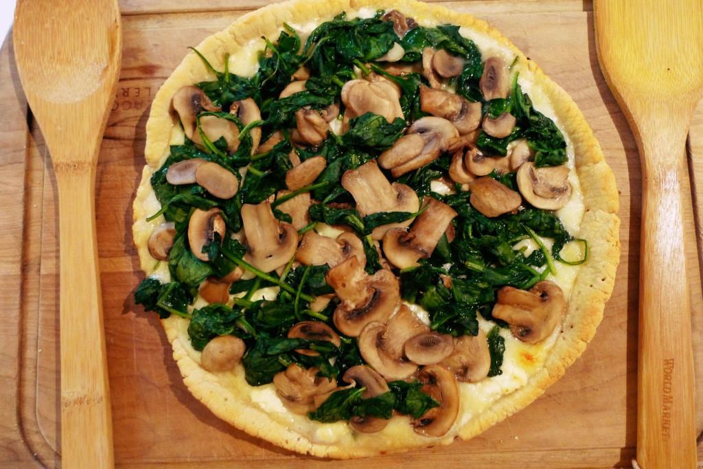超簡單的菠菜蘑菇披薩用住鐵鍋來烤,披薩餅皮都會變得格外香脆,好吃又有成就感!